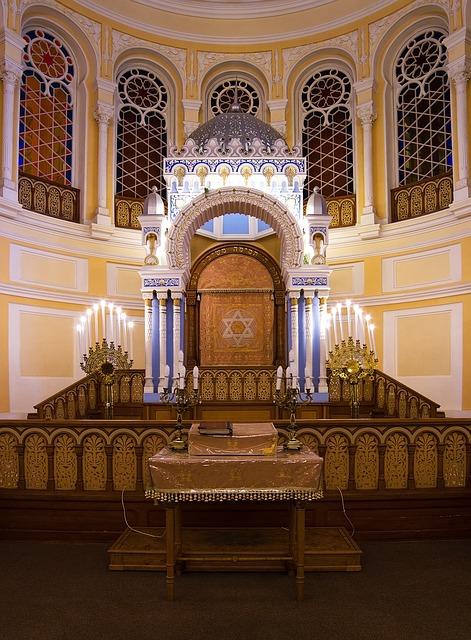 תכנון ועיצוב של בימה לבית כנסת
