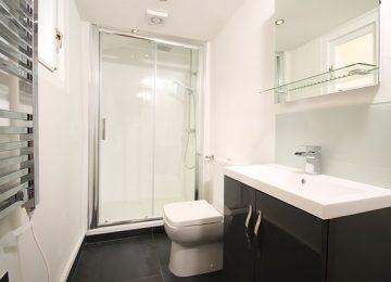 מאירים את חדר האמבט עם גופי תאורה מתאימים